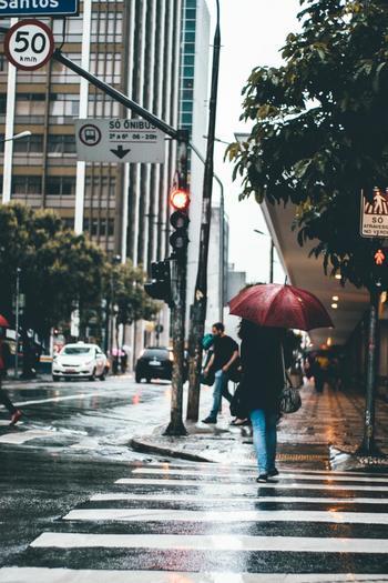 とっておきのスエード靴。長く履きたいのであれば、雨の日にはなるべく履かない方が◎。スエードは雨にとても弱い素材。濡れた靴を放置するとシミになってしまう可能性が!そのため、雨の日は違う靴を履いた方が良さそうです。雨の日でも履きたい場合は、必ず防水スプレーをするようにしてください。それでも濡れた場合は、濡れた場所を拭いておきましょう。