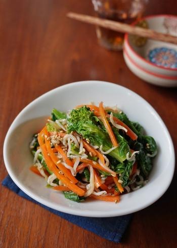 ●菜の花とニンジンの春色ナムル 目に鮮やかな春の彩りが満載の一皿。菜の花はアクが少ないので、火を通す時間は短くても大丈夫♪ 調理時間も10分でパパッと簡単に作れますよ。