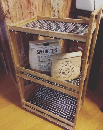 DIYに慣れてきたら、大物にも挑戦してみませんか?こちらのキッチンワゴンは、すのこや木材を組み合わせて木箱を作り、木板に留めたら完成!キャスターを取り付けているので、移動もラクラク!
