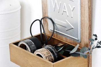 まな板・スタッキングボックス・プレートで作った収納ボックス。こちらも接着剤でくっつけるだけ。4マスタイプなので、マスキングテープやハサミなど細々としたものを入れて整理するのに便利です。