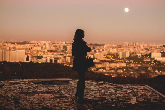 女性の身体と月の満ち欠けは切っても切り離せない間柄。「なんだか最近疲れる」「よく眠れない」というちょっとした身体の不調は、もしかして月の動きと関係があるかもしれません。  今回は、日本をはじめ世界の月にまつわる言い伝えや神話と、月の満ち欠けにあわせて取り入れたいメンタルケアについてご紹介します。