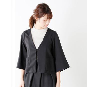 こちらのようにシンプルで女性らしいデザインのジャケットなら、パンツスタイルでもマニッシュになりすぎず、大人っぽく上品に着こなせます。ジャケット×パンツのシックなスタイリングには、ネックレスやコサージュをプラスすると、セレモニーらしい華やかさを演出できますよ。