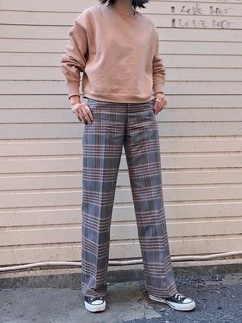 ピンクのトレーナーも、チェックパンツとなら大人っぽい落ち着いた印象に。やわらかなカラーとなじんでくれるチェック柄パンツは、1本持っていると重宝します。