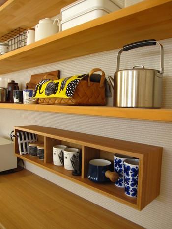 ボックス型の飾り棚は、普段使いのカップを置いておく指定席に。 カウンターに合わせた木製の飾り棚が、和食器にも洋食器にも似合う上品な雰囲気です。
