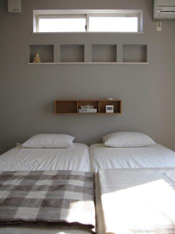 目覚まし時計やメガネなど、ちょっとした小物を置きたいベッド周り。 リラックスしたいベッドルームには、優しい色合いの木製の飾り棚がぴったりです。