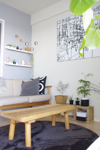お気に入りのオブジェやミニ観葉植物は、飾り棚に並べて置くと、眺めるのが楽しみになる癒やしの空間に。 壁をキャンバスに見立てて、ウォールデコを組み合わせてもステキです。