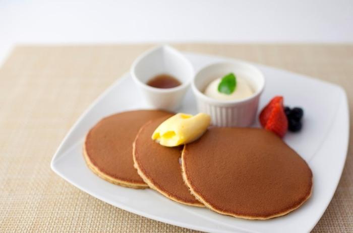 """こちらが、文明堂カフェでなければ味わえない「焼立て""""三笠""""パンケーキ」。 大正時代から変わらないどら焼き「三笠山」の生地を使ったパンケーキは、注文を受けてから、一つ一つ専用の銅板で焼き上げます。 どこか懐かしく優しい美味しさが、お口にふわっと広がって、思わずにっこり♪"""