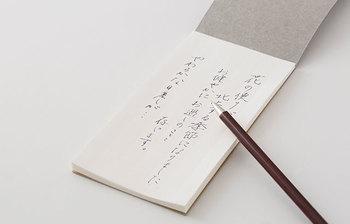 1960年に銀行の帳簿用に作られたという紙を使用した一筆箋。万年筆のインクを美しく受けてくれそうです。シンプルな外観ながら、高級感のある手触りがポイント。