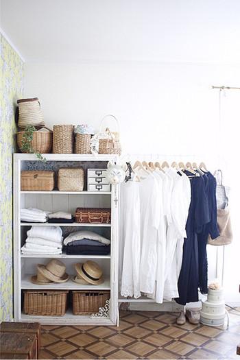 こちらは、あらかじめ「見せる収納」を前提として家具から選んでいます。ここまで潔いと、新しい服を買うときも慎重に選ぶ習慣が身につきそうですね。お気に入りの洋服を少しだけ、なら洋服のメンテナンスや収納もぐっとラクに。見せる収納もおしゃれに叶います。
