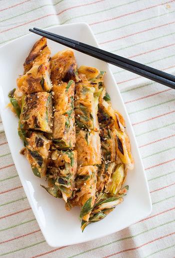 チヂミは日本でいうお好み焼きのようなもので、水で溶いた小麦粉に野菜や魚介などを混ぜて薄く焼き、モチモチとした食感があります。こちらはキムチが入っているのでタレをつけなくてもおいしいですよ。おつまみにも良いですね。