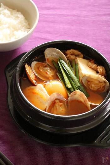 日本でも人気のスンドゥブチゲ。日本でいうおぼろ豆腐が入った辛い鍋料理のことで、韓国の家庭やお店でもよく食べられています。おうちで作る時は絹ごし豆腐で代用しましょう。あさりのうまみが効いたスープはとっても体が温まりますよ。辛さはお好みで調整してくださいね。