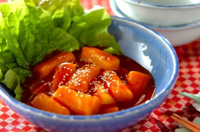 「トッポギ(トッポッキ)」は、韓国の餅を甘辛く煮込んだ屋台でも人気のメニュー。おうちで作る時は、日本の切り餅を使ってアレンジしましょう。食べ慣れたお餅もいつもと違うメニューに大変身しますよ!