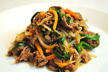 「プルコギ」は下味を付けた肉を野菜と一緒に炒めたもので、日本でも人気のメニューです。別名「韓国風すき焼き」とも呼ばれているプルコギは、本場韓国ではプルコギ専用の鍋で炒め煮にするのが一般的なのだそう。特製のタレに漬けこんだお肉は柔らかくてジューシー。作り置きメニューにもおすすめです。
