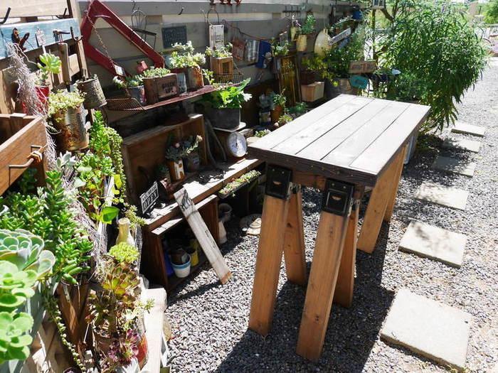 ソーホースブラケットに2本1組で挟んで上に木材や板を載せます。こちらは板を載せてテーブルとして使用した例。より安定感を重視する場合は脚を増やします。いずれの場合も、耐荷重やバランスを確認して安全に使用できるよう注意しましょう。