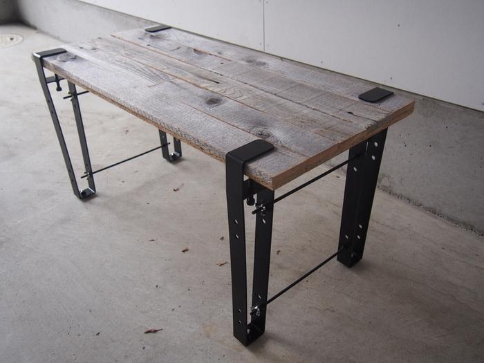 手軽にテーブルを作れる「テーブル脚」。こちらは工具不要で制作できるテーブル脚。ねじ止め式の脚なので設置も撤去もしやすく、便利です。インテリア売り場で「カスタムテーブル」のような形で販売されているものもあります。