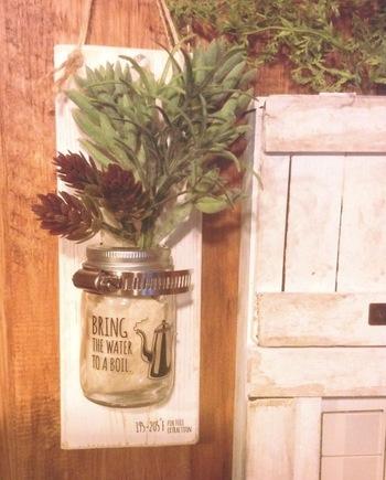 ホースクランプはホースバンドとも呼ばれ、ホース類を固定する部材です。最近はボトルなどを固定するのに使うDIYアイディアに使われています。 画像はホースクランプを利用した花活けボトルの壁掛けアイディア。