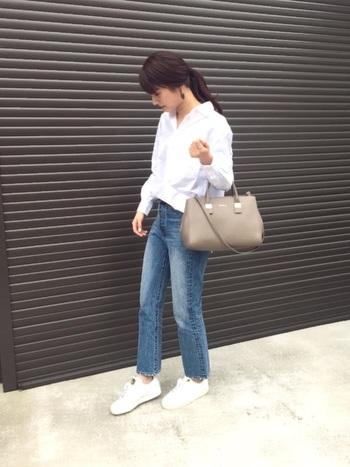 ベーシックなアイテムはキチンとゆるく着こなすのが鉄則!シャツの場合、抜き襟気味に着こなし、パンツは足首をチラ見せすると、抜け感が出て女性らしい印象に。