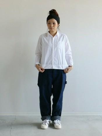 白シャツとジーンズのベーシックアイテムを合わせたゆるっとしたスタイルも、ヘアターバンをプラスしたナチュラルヘアでシンプルに。