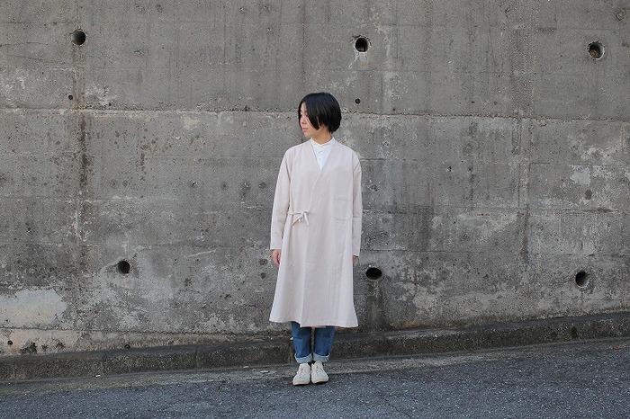 エプロンデザインをワンピースやボトムで堪能したあとは、ぜひこんなコートタイプもマークして。袖を通すだけで、一気にスタイリングの鮮度が高まります。