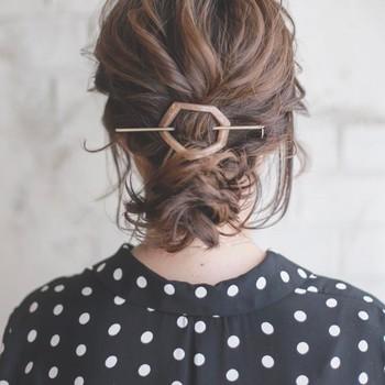 サイドや襟足に毛を残しつつ、お団子からも毛束を引き出し、リラックス感のあるシニヨンに。ルーズめのヘアアレンジでも、マジェステならしっかり溶け込んでくれますよ。