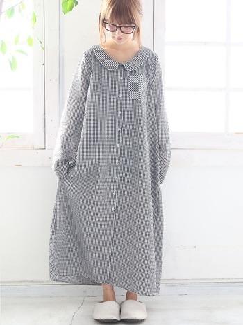 丸みのある衿元とギンガムチェックが、ピュアでイノセントな雰囲気を演出。ふわっと広がるシルエットが、可憐さをさらに後押しします。