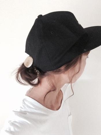 シニヨンを下の方でつくり、キャップスタイルをセンシュアルに引っ張って。耳が覆われるように毛束をつまみ出し、ニュアンスたっぷりに仕上げます。