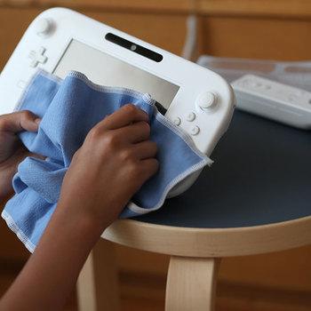 窓ガラスや家電、スマホやゲーム機の画面の皮脂程度であれば乾拭きでキレイに拭き取る事ができます。水垢のようなひどい汚れでも、水で少し湿らせて拭けばOK。毛羽や拭き後が残らないからサッパリとします。