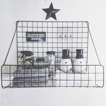ワイヤーラティスワイドを折り曲げたり組み合わせて作るシェルフは、シンプルなモノトーンテイストやクールな男前インテリアの雰囲気にぴったり。壁に取り付けて、タオルや化粧水などをのせてスマートに収納しましょう。