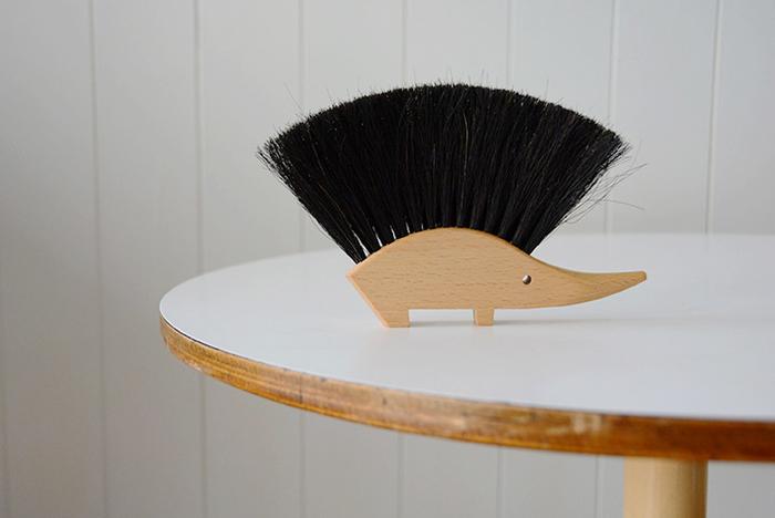 視界に入ると思わず笑顔がこぼれてしまう、ユーモラスなモヒカン頭のハリネズミのハンドブラシ。つんと立ったブラシは一見堅そうですが、テーブルや家具を傷付けないしなやかな馬毛でできています。