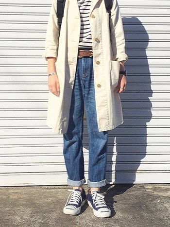 ボーダートップスとジーンズにシンプルなアウターを合わせたスタイル。袖と裾をロールアップして肌見せし、ベルトでアクセントをプラスすると、ゆるく女性らしい着こなしに。