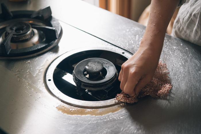 いつでもキレイにしておきたいガスコンロ周りの頑固な汚れにも、重曹を振りかけてこするだけでみるみる汚れが落ちキレイになります。