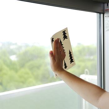 テーブルや窓についた結露を拭いたり、洗車の時の拭き上げにも大活躍!乾いてる時はパリッとした厚紙のような手触りで、軽くてかさばりません。