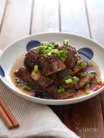 油をまとわせてから調味液と一緒に耐熱皿に入れてチンするだけの簡単レシピ。温かいままでも、冷やしても美味しいですよ。