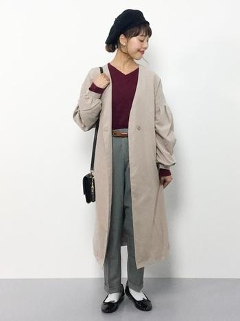 ロング丈のコートを着るなら足元はすっきりさせたいもの。ひとつだけ裾を折り返したテーパードパンツで、ボリューム感を調整して。