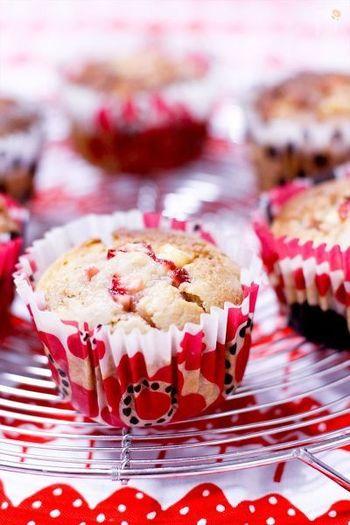 イチゴの焼き菓子をつくるときは、フレッシュ(生)のイチゴをミキサーやブレンダーにかけ、生地に練り込んでつくりましょう。 割れ目がおいしそうなマフィンも、イチゴを練りこんであってとってもかわいい♪