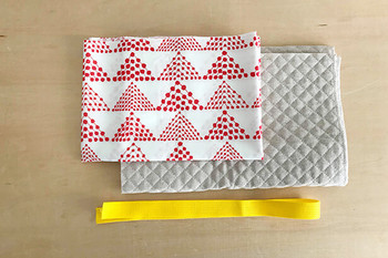 緊張の第1作目は、直線縫いが多いものから。レッスンバッグなどがおすすめです♪ まずは生地を、縫い代を考慮して予定のサイズで切りましょう。