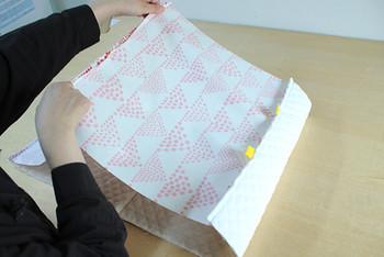 いよいよ、表布と内布を合体させます。向きなどを間違って縫わないように、慎重に…。あとで裏返すための返し口もきちんと残しておきましょう♪