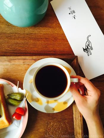オーナーこだわりの挽きたてコーヒーは、苦味の効いた深煎りや、酸味が強い浅煎りやブレンドなど幅広く愉しむ事ができます。店内に流れるジャズに関わる楽曲を聴きながら、ゆっくりと美味しい一杯を愉しむのもいいですね。
