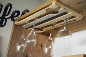 セリアのすのこ・木製角材の2つでできるワイングラスラック。グラスを逆さまに吊るして収納するという画期的なアイデア!バルのようなおしゃれな雰囲気を演出できます。