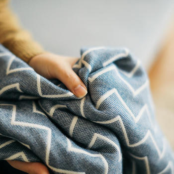 おすすめの素材は暑くるしく見えないコットンやリネン、ガーゼも保温性が高くておすすめです。今季新作に登場する帆布もオールシーズン使いまわせるスタンダードな素材ですよ。冬素材に混ぜても違和感なく素敵なコーディネートが作れる、落ち着いたカラー展開も魅力です。