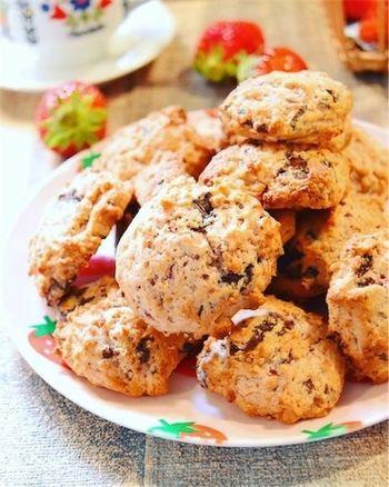 フレッシュなイチゴだからこそ楽しめる甘酸っぱいクッキー。卵を使わなくても、外はサクサク中はしっとり。絞り袋は使わずに、混ぜ合わせた材料をドロップして作る(すくって天板に落とすだけの)クッキーなので、焼き菓子初心者の方にもおすすめです。