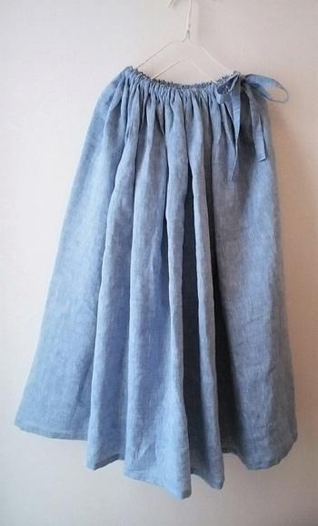 たっぷりのギャザーと爽やかなブルーのスカートは、涼しげな印象。ふわっと柔らかなラインが素敵です。