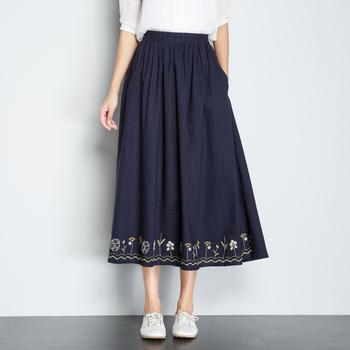 裾に施した刺繍がポイントの可愛らしいスカート。オリジナリティがぐっと高まります。