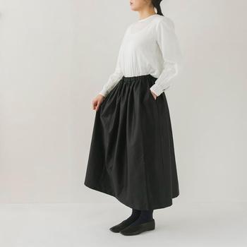 ツヤ感のある生地にたっぷりギャザーをよせて。ドレープの贅沢な光沢が大人のおしゃれを感じさせるスカート。ハリとツヤ感のある生地だから、おめかししたいお出かけにも対応できます◎