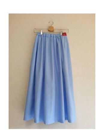 上質なリネンの生地で作られたきれい色のスカート。ギャザーがたっぷりですがどこか大人っぽいのは、ツルンと光沢のあるリネンを使用しているから。ワンポイントで縫い付けられたウエストの刺繍リボンが、見えないところにもセンスを感じます。