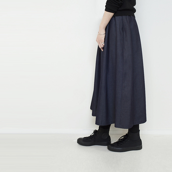 品質の高さから国内はもちろん海外でも高い評価を得ている岡山デニムの生地を使用して作られたスカート。細やかな糸で織られたデニム生地はほんのりツヤがあり、デニムとは思えない上品さで大人っぽく着られます。同じデニム生地でも、選ぶものによってずいぶん印象が変わりますね。