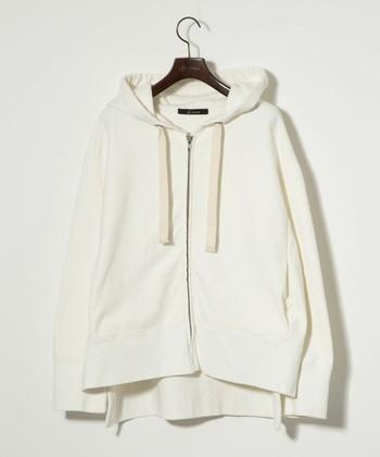 『パーカー』の定義としてはフードが付いていたり、前身頃にポケットがついていたりとなかなか広いよう。写真のようなジッパータイプ+スウェット素材のものがポピュラーですよね。お洗濯もしやすいですし重ね着しやすい防寒アイテムとして大活躍!今回は、まだ肌寒い春先にぴったりなパーカの重ね着コーデをご紹介していきます。