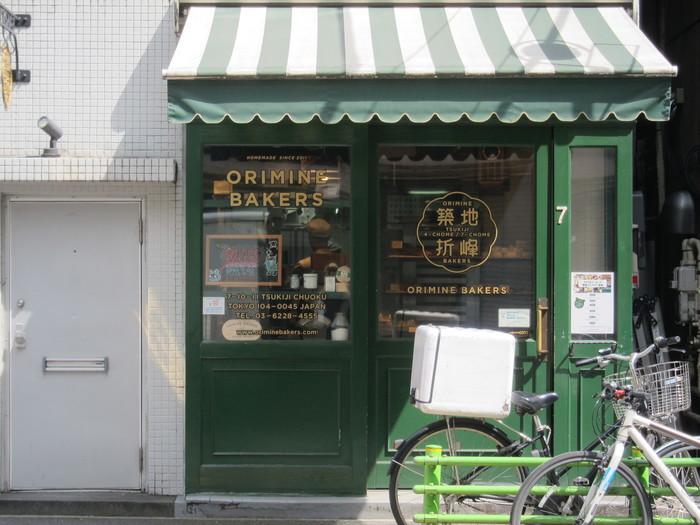 築地駅から徒歩約5分、まるでここだけ外国のようなデザインのようなパン屋さん、オリミネベーカリーです。東京でいちばん朝が早い街にあるからには、という思いで毎朝7時からオープン中!