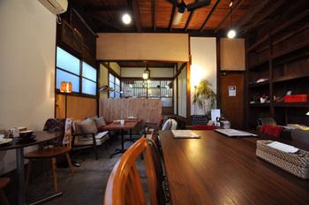 築50年以上の木造2階建ての一軒家をリノベーションしたカフェは、茶色と白をベースにした落ち着ついた空間です。奥行きのある店内はスペースにゆとりがあり、ゆったりとくつろげそう。