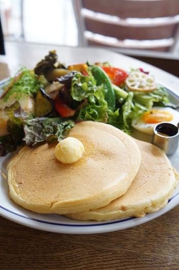 オーナーがニューヨークに滞在していた時に通っていたカフェで、毎日のように食べていたことから発想を得て生まれた名物のパンケーキは、素材にこだわって作っていることが感じられるやさしい味わい。ふんわり&もっちりした生地は、甘さ控えめでサラダにもよく合います。